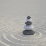 Dunkle und weiße Zensteine auf breite Sande Lizenzfreies Stockfoto