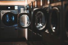 Dunkle Waschküche mit leeren Waschmaschinen lizenzfreies stockfoto