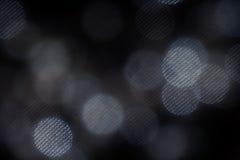 Dunkle weiße Masche Bokeh kreist auf schwarzem Hintergrund ein Stockfotos