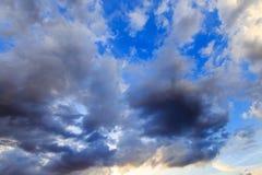 Dunkle Wolke mit blauem Himmel Lizenzfreies Stockfoto