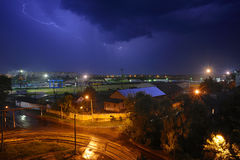 Dunkle Wolke und Blitz nachts über Bahnfrachtyard Lizenzfreie Stockbilder