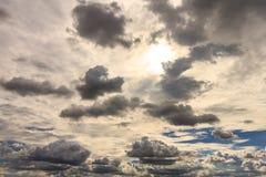 Dunkle Wolke vor rainnig nahe Sonnenuntergang Stockfoto