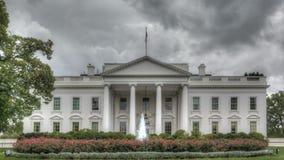 Dunkle Wolken über dem Weißen Haus stock video