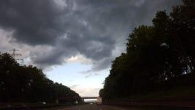 Dunkle Wolken über der Landstraße Stockbild
