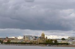 Dunkle Wolken über der Stadt stockbild