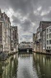 Dunkle Wolken über einem Dordrecht-Kanal stockfotografie