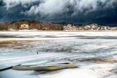 Dunkle Wolken über einem gefrorenen See Stockfoto