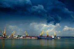 Dunkle Wolken über einem Kanal Lizenzfreie Stockfotos