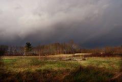 Dunkle Wolken über einer Naturlandschaft Stockfotos