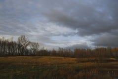 Dunkle Wolken über einer Naturlandschaft Lizenzfreie Stockfotografie