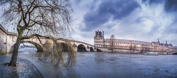 Dunkle Wolken über königlichen Brücke und der Seine stockfotografie