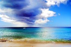Dunkle Wolken über karibischem Meer Stockbild