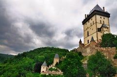 Dunkle Wolken über Karlstejn ziehen sich, Tschechische Republik zurück Stockfotografie
