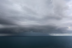 Dunkle Wolken über Meer Lizenzfreies Stockbild