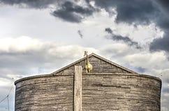 Dunkle Wolken über Noah-` s Arche stockbild