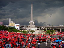 Dunkle Wolken über rotem Hemd protestiert Thailand Stockbild