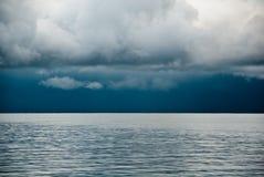 Dunkle Wolken über See Lizenzfreie Stockfotos