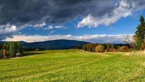 Dunkle Wolken auf dem blauen Himmel Lizenzfreies Stockfoto