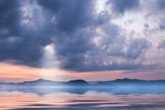 Dunkle Wolken auf Himmel morgens Lizenzfreie Stockfotos