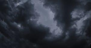 Dunkle Wolken des Himmels vor dem Regenpanorama Stockfoto