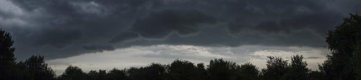 Dunkle Wolken des Himmels vor dem Regensommerpanorama Lizenzfreies Stockfoto