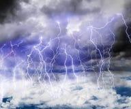 Dunkle Wolken im Himmel voll des Blitzes in einem Gewitter Stockfotos