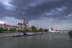Dunkle Wolken mit Blitzstrahl über Regensburg, Deutschland Stockfotos