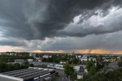 Dunkle Wolken mit Gewitter über Regensburg, Deutschland Stockbild