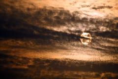 Dunkle Wolken mit Sonnenlicht am Sonnenaufgang Lizenzfreies Stockfoto