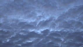 Dunkle Wolken sind, bewegend umwandelnd und über den Abendhimmel Zeitversehen stock video footage