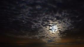 Dunkle Wolken sind, bewegend umwandelnd und über den nächtlichen Himmel und den Mond Zeitversehen stock footage
