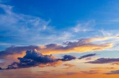 Dunkle Wolken und bewölkter Himmel am regnerischen Tag, bewölkt und stürmisch und blau Stockfotografie