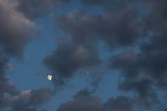 Dunkle Wolken und Mond Lizenzfreie Stockbilder