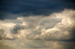 Dunkle Wolken vor einem Gewitter Lizenzfreie Stockbilder