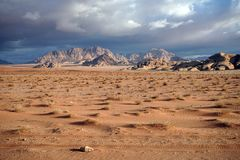 Dunkle Wolken in Wadi Rum stockfotos