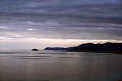 Dunkler Abend im Winter auf dem Meer Stockfoto