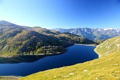 Dunkler alpiner Gebirgssee Stockfoto
