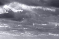 Dunkler atmosphärischer Himmel. Stockfotografie