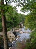Dunkler bernsteinfarbiger Wasser Findhorn-Fluss an Randolphs-Sprung, Morayshire, Schottland, Großbritannien Lizenzfreie Stockfotografie