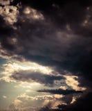 Dunkler bewölkter Himmel. Stockbild