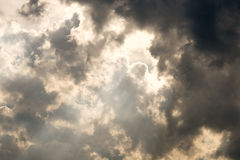 Dunkler bewölkter Himmel lizenzfreie stockbilder
