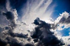 Dunkler bewölkter Himmel vor einem Sturm Stockbild