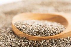 Dunkler Chia Seeds On Wooden Spoon Stockfotos
