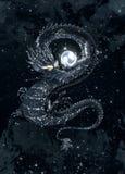 Dunkler Drache mit einer glänzenden Perle im sternenklaren Himmel Lizenzfreie Stockfotos