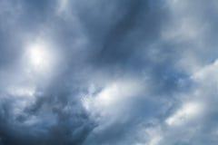 Dunkler drastischer Himmel mit stürmischen Wolken Stockbild