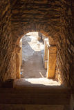 Dunkler Eingang zu den Hausruinen mit Steinbogen und Spalten in den ephes Stockbild