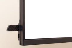 Dunkler Flash-Speicher angeschlossen an einen Monitor Lizenzfreie Stockbilder