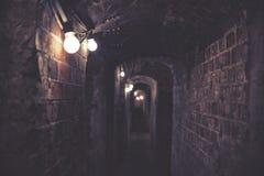 Dunkler gespenstischer Tunnel mit Stromleitungen, Stockfotos