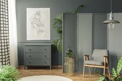 Dunkler, grauer Wohnzimmerinnenraum mit einer Skizze, die über einem wo hängt lizenzfreies stockbild