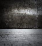 Dunkler grungy Raum Lizenzfreie Stockfotografie